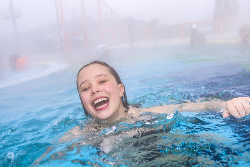 Teenagerin badet in einer Therme